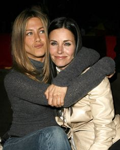 Pin for Later: Joyeux National Hugging Day! Jennifer Aniston et Courteney Cox
