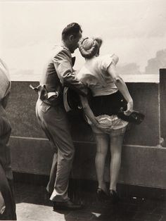 maudelynn:  On top of the Empire State Building c.1942, by Weegee viahttp://elojocondientes.com