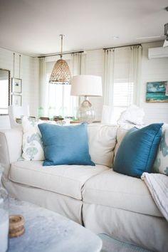 お部屋全体のカラーバランスもバッチリ!窓からソファの間には、センスのいいスタンドが置かれています。