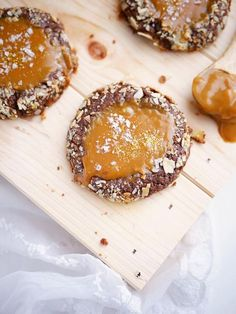 Cookies som inte bara smakar precis som kladdkaka, utan även har samma konsistens? Kladdkakor gör sig ju helt fantastiskt i alla möjliga utföranden MEN jag måste ändå få säga att de här kladdkakecookiesen med salt karamell är något alldeles extra. I