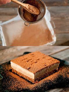 delicioso y exquisito postre helado de café con base de avena, cacao y frutos secos, crema de café y vainilla. Un postre original e irresistible.
