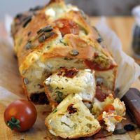 Simple but delicious flavours, this Feta And Tomato Loaf Recipe is a great addition to any picnic or side dish at a dinner party.Feta and tomato loaf with a couple of chunks pulled cut off the loaf*************************************************KFCK Loaf Recipes, Vegetarian Recipes, Cooking Recipes, Healthy Recipes, Chives Recipes, Snacks Recipes, Cake Tomate Feta, Cake Feta, Tapas