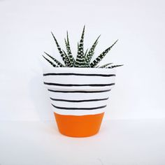 Une main peinte cache-pot avec un dessin de bande orange vif. Étanche à leau e Cacti And Succulents, Potted Plants, Indoor Plants, Succulent Containers, Container Flowers, Container Plants, Container Gardening, Painted Plant Pots, Painted Flower Pots
