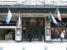 GRAN HOTEL DE LA CIUDAD DE MÉXICO El edificio fue construido entre 1895 y 1899 por el ingeniero Daniel Garza, y en su interior luce elementos Art Nouveau originales: una magnífica escalera de herrería, fabricada en Francia; dos elevadores, el segundo y el tercero que se instalaron en la ciudad después del de Palacio Nacional; ondulados barandales cuyos medallones llevan las siglas CM (Centro Mercantil) y SR ( primer propietario, Sebastian Robert), y un vitral tipo Tiffany.