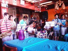 Orquesta Son de Bahía tocando en la playa. Salsa, cumbia y ceviche.