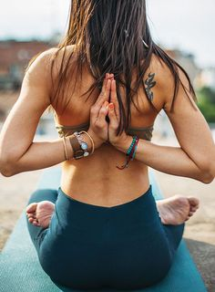 Easy Yoga Workout -Get your sexiest body ever without,crunches,cardio,or ever setting foot in a gym. Yoga Inspiration, Fitness Inspiration, Style Inspiration, Motivation Inspiration, Yoga Beginners, Beginner Yoga, Advanced Yoga, Yoga Fitness, Fitness Goals