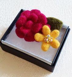 ご覧いただき、ありがとうございます!羊毛フェルトで作ったブローチです。ブーケの本を見ていて、ダリアが可愛かったので作ってみました。(左の、重なった花びらのお花...|ハンドメイド、手作り、手仕事品の通販・販売・購入ならCreema。                                                                                                                                                                                 もっと見る