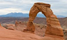 Delicate Arch, located at en:Arches National Park in Moab, Utah. The LaSalle Mountains are seen in the background.
