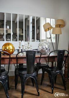 Chez Florence Bouvier - Chaises Tolix chinées à l'Isle-sur-la-Sorgue autour dune table à pieds bistro Louis Philippe