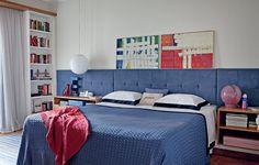 Como todo casal de jornalistas, os proprietários deste quarto de 17 m² têm livros que não acabam mais. Coube ao arquiteto Gustavo Calazans criar duas estantes para eles. Encaixadas nas laterais da janela, elas são um golaço do projeto, que tem cabeceira feita com tecido ultrasuede - os criados-mudos ficam embutidos no painel