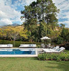 Grandes árvores e morros estampam o visual de quem curte essa piscina em Itaipava, na serra fluminense, em um projeto da arquiteta Patricia Carvalho
