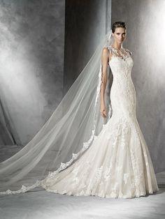 Pladie è un abito da sposa confezionato in tulle, dallo stile sirena. Il modello unisce anche il pizzo e i ricami in filo per impreziosire ulteriormente questa splendida creazione.