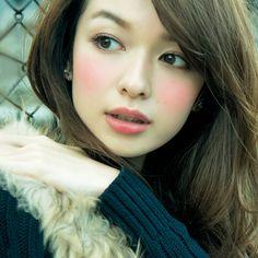 肌がくすみがちな冬こそ、血色感をメークで演出! 口元に目元に頰に……、内側からほんのり色っぽい! ふんわりキレイ!