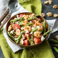 Bis die Spargelsaison ein Ende hat, genießen wir die Stangen in vollen Zügen und verwandeln sie mit Feta, Tomaten und Garnelen in einen frischen Salat.