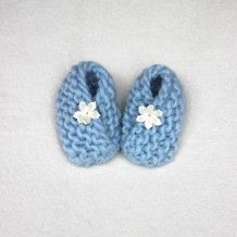 Wool knitted blue baby booties, handmade diy with white lace flowers.  Strikkede babytøfler / babysokker i blå, norsk ull med hvit blomst laget av satengbånd fra Søstrene Miljeteig.
