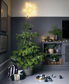 Julens trender påminner om de inredningstrender vi sett under året. Vi byter ut den amerikanska, extravaganta julgranen mot en mer nedtonad, skandinavisk dito. Klassiska inslag får en modern touch...