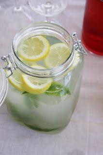 Esta limonada perfumada com lúcia-lima fica fabulosa e combina com qualquer época do ano