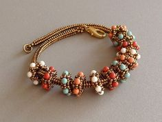 To weave the bracelet, you will use size 11/0 and 15/0 seed beads combined with 3 mm accent beads and crystals.