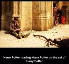 Harry Potter reading Harry Potter on the set of Harry Potter. Wow. Voldemort, Harry Potter Set, Funny Harry Potter Pics, Harry Potter Funnies, Harry Harry, Daniel Radcliffe Harry Potter, Harry Potter Pictures, Harry James, Harry Y Hermione