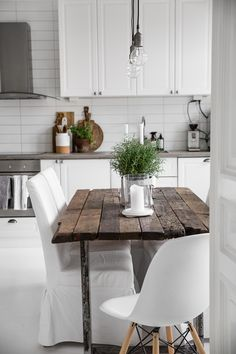 Simple Interior Planning Tips Any Homeowner Can Use Farmhouse Kitchen Tables, Kitchen Lamps, New Kitchen, Kitchen Decor, Kitchen Design, Space Kitchen, Kitchen Wood, Modern Farmhouse, Farmhouse Style