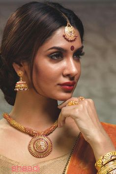 This set is beautiful because it blends in classic simplicity with beautiful workmanship. Bridal Jewellery Collections from TT Devassy Jewellers #ShaadiMagazine