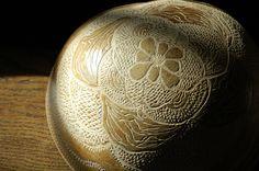 """Exposition d'Adélaïde Corinus (Adecor) """"Terre de mémoire, Fruits de la terre"""" dans la bibliothèque ancienne. ©Musée du Vivant - AgroParisTech Mention de l'artiste obligatoire – à AgroParisTech."""