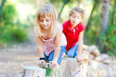 Parcours Si vos enfants sont actifs et qu'ils se fatiguent rapidement de leurs activités, vous pouvez répartir les ateliers à plusieurs endroits dans la cour. En transformant le balcon en mur d'escalade, le chemin de pierre en marelle et en séparant la balançoire de la glissade, ils auront toujours l'impression d'avoir quelque chose de nouveau à faire. Vous pouvez même installer une corde de Tarzan si vous avez des arbres matures et créer toutes sortes d'installations pour utiliser l'espace…