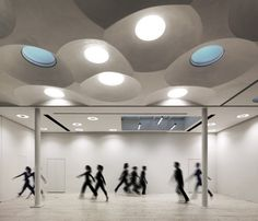 A spectacular hanging cones ceiling, modulating natural and artificial lighting, acting as an acoustic modulator and hiding impressive electrical and air passages, sets the tone to this vibrant place.