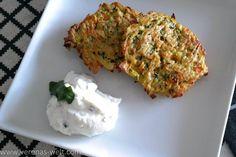 Lecker und ganz leicht: Zucchini-Möhren-Puffer aus dem Backofen - weniger Fett und trotzdem schön knusprig. Gemüse auf die leckere Art mit Kräuterquark.
