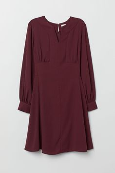 Short dress in woven crêped fabric with a round neckline and V-shaped opening at front. Small opening at back of neck with concealed zip and hook-and-eye fastener. Long wide balloon sleeves with buttons at cuffs. Casual Hijab Outfit, Elegant Outfit, Hijab Dress, Tunic Designs, Bordeaux, H&m Women, Chiffon Skirt, Crepe Dress, Plus Size Blouses