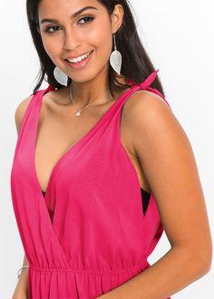 The lady in pink! Dieses feminine Chiffon-Kleid in Pink lässt sich toll mit silberfarbenen Accessoires stylen.