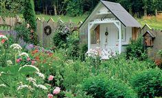 """""""Philosophenbank"""" ist der schöne Name für solch einen lauschigen Sitzplatz im Garten. Wo Dichter und Denker ihre Gedanken schweifen ließen, können auch wir den Garten auf ganz besondere Weise genießen. Passend dazu der individuelle Holzzaun mit Fenster, Kranz und Insektenhotel"""