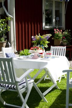 My cousins in Norway made outdoor eating always look this beautiful and welcoming