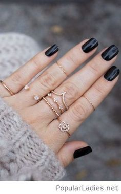 simple-black-nails-and-gold-rings