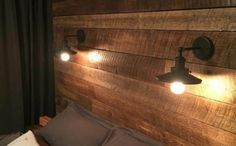schlafzimmer landhausstil holzpaneele dekokissen