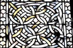 Motifs entrelacés des vitraux de l'abbatiale d'Aubazine - Corrèze    L'église abbatiale d'Aubazine a conservé quelques vitraux cisterciens du XIIe s. D'apparence très sobre, ces vitraux sont constitués de motifs géométriques et d'entrelacs qui ont inspiré Coco Chanel, ancienne interne de l'orphelinat de l'abbaye, dans l'élaboration de sa griffe et de son logo.