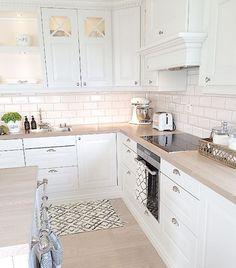 Personalize your home decoration with pretty digital printables. Ikea Kitchen Design, Interior Design Living Room, Kitchen Decor, Small Apartment Interior, Open Plan Kitchen Living Room, Gold Kitchen, Küchen Design, Kitchen Styling, Home Kitchens