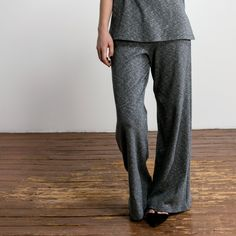 Well, well. We created a wonderful pair of wide eco rib pants that fit right on your waist and are made out of organic cotton rib. For the real 70s vibe combine with our long top DIONE. High waist fit and zipper at the back. Color: grey mélange