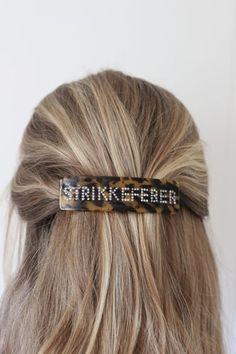 Hårspenne -StrikkefeberSuperpopulær og trendy hårspenne med tekst. Denne spennen har teksten: Strikkefeber i swarowski krystaller.Spennene sitter godt i håret selv på de med glatt hår. Sitter godt i tynt og tykt hår.Den er 11 cm x 3 cm.Supre gaver til den strikkeglade, eller til deg selv. Bobby Pins, Hair Accessories, Beauty, Fashion, Moda, Fashion Styles, Hairpin, Hair Accessory, Hair Pins