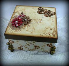A altura da caixa já está referida com os pés de resina. Pode ser feita com a cor de sua preferência R$ 39,00