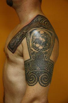 Тату Скандинавские орнаменты и зверь на плече