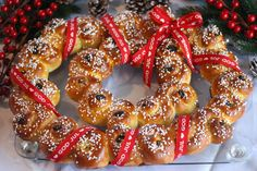 Lussekatter i krans: Luciakrans Doughnut, Cookies, Desserts, Food, Christmas, October, Crack Crackers, Natal, Postres