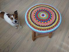 Karin aan de haak: Krukje Stool Cover (In Dutch) Crochet Home, Love Crochet, Crochet Granny, Knit Crochet, Yarn Bombing, Embroidery Patterns, Crochet Patterns, Crochet Ideas, Yarn Organization