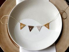 Free printable table setting banner. http://www.diynetwork.com/decorating/how-to-make-customizable-thanksgiving-place-cards/pictures/index.html