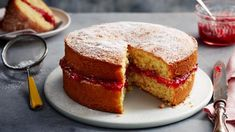 Season 1 Episode Technical Why would you trust anyone other than Mary Berry to make the perfect Victoria sponge cake? Light and fluffy and filled with jam, it's a British classic. Victoria Sponge Rezept, Mary Berry Victoria Sponge, Classic Victoria Sponge, Victoria Sponge Cake, Mary Berry Sponge Cake, Victoria Cakes, Sponge Recipe, Sponge Cake Recipes, Cake Recipes Bbc