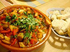 Dit is het eerste tajine-recept dat ik heb gemaakt uit m'n nieuwe kookboek Vegetarische tajines en couscous van Ghillie Basan. Als de gerechten allemaal zo lekker zijn als deze dan is het koo…