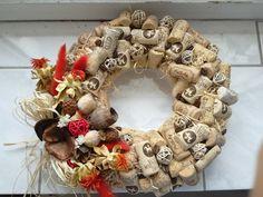 Výsledek obrázku pro věnec z korku Burlap Wreath, Christmas Wreaths, Holiday Decor, Home Decor, Decoration Home, Room Decor, Burlap Garland, Home Interior Design, Home Decoration