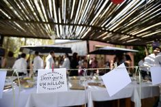 Cartelería decorativa boda al aire libre.