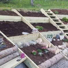 Garden boxes on a slope planters 70 Ideas Large vessels made of natural stone. Garden boxes on Sloped Backyard Landscaping, Landscaping On A Hill, Sloped Garden, Raised Garden Beds, Landscaping Rocks, Hillside Garden, Terrace Garden, Potager Palettes, Plant Troughs