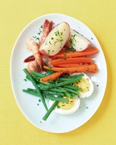 Shrimp and Vegetables with Garlic Mayonnaise: In this dish, the garlic mayonnaise is served alongside instead of being drizzled on top beforehand; you can spoon some over the top of your salad or use it as a dip. Homemade Mayonnaise, Mayonnaise Recipe, Supper Recipes, New Recipes, Favorite Recipes, Vegetable Salad, Vegetable Recipes, Shrimp And Vegetables, Kitchens